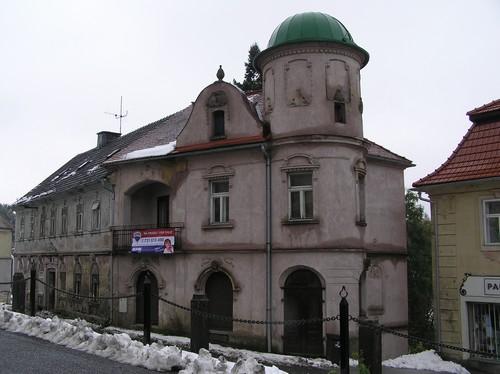 Mikulášovice - stav objektu bývalé lékárny v roce 2009.(foto Klára Mágrová)