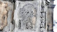 Reliéf na podstavci - Jan z Pomuku shozen z Karlova mostu