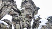Kříž s Kristem mezi světci, svatý Jan Nepomucký