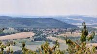Výhled z hradu na poutní místo Ostré u Úštěka