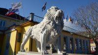 Lev před Clam-Gallasovským zámkem