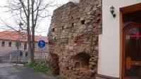 Zbytky hradeb pod zámkem