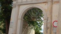 Brána směrem k náměstí (Rokycanova ulice) - červen 2012