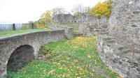 Štítová zeď a bašta před zbytky věže