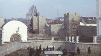 Výhled na městské hradby přes zámeckou bránu (80. léta 20. století)