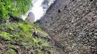 29. 6. 2014 - pohled z nádvoří k hradnímu jádru podél ochranné zdi