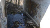 Hrana vodopádu pod silničním mostem