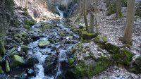 Koryto potoka pod vodopádem