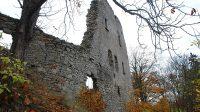 Dochovaná západní stěna jižního hradního paláce