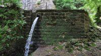 Hráz nádrže pod vodopádem