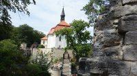 Pohled přes terasy na kapli sv. Jana Nepomuckého