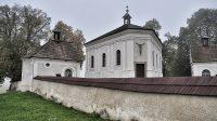 Kaple vestavěná do hřbitovní zdi (říjen 2015)