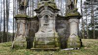 Podstavce pod sochami svatých