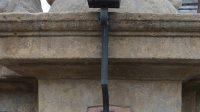 Detail kovové lampy
