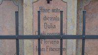 Nápis na podstavci pod sv. Janem Nepomuckým