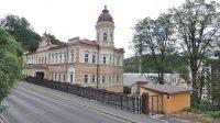 Celkový pohled na zámek z Karlovarské ulice