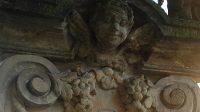 Okřídlená hlavička andílka na podstavci