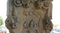 Reliéf na podstavci - svržení z Karlova mostu
