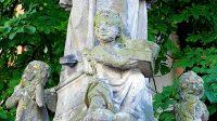Detail andělíčků kolem sochy sv. Jana Nepomuckého