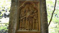 V. Šimon pomáhá Ježíši nést kříž