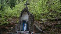 Soška Panny Marie nad studánkou
