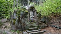 Skalní kaple s obrazem Panny Marie