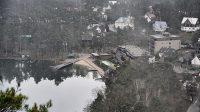 Pohled na hráz Máchova jezera s výpustí 5. 1. 2021