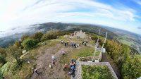 Pohled z rozhledny na plošinu na vrcholu Luže 11. 10. 2020