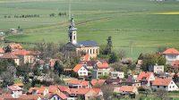 11. 5. 2021 - Pohled z Mělnické vyhlídky na Řípu na evangelický kostel v Krabčicích