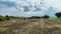 21. 9. 2021 - pohled na obě návrší z cesty od Hnojnic